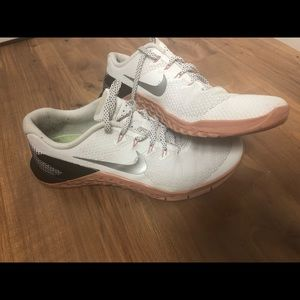 Nike women's metcon 4 good condition with box!